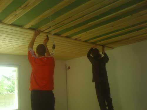 Процесс обшивки потолка